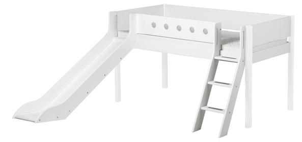 Białe łóżko dla przedszkolaka ze zjeżdżalnią i pochyłą drabinką